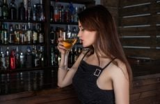 Дівчина з алкоголем – наслідки алкоголізму