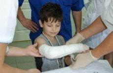 Що робити якщо у дитини перелом руки зі зміщенням: симптоми, методи діагностики та лікування