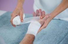 Чим можна зупинити кров при порізі?