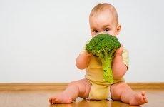 Зелений кал (стілець) у немовляти: чому у дитини зелені какашки зі слизом і температура