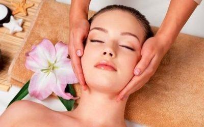 Омолоджуючий масаж обличчя — особливості проведення процедури в домашніх умовах