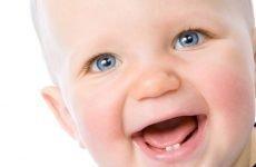 Як поводиться дитина при прорізуванні зубів: симптоми і допомогу