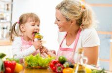 Чим годувати дорослого і дитини при стоматиті: дієти і що є не можна?