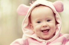 У скільки місяців ріжуться зубки у дівчаток: терміни і порядок зростання