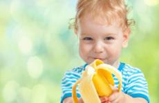 Чи можна дитині давати банан і з якого віку