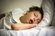 Дитина хропе уві сні – причини патології та способи лікування