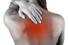 Біль у спині між лопаток може возникунуть у будь-якої людини