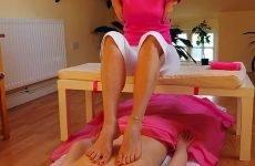 Всі нюанси масажу спини ногами: користь і запобіжні заходи